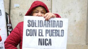 Un grupo de manifestantes, entre ellos argentinos y nicaragüenses, se reunieron para protestar contra el presidente Daniel Ortega a las puertas de la Embajada de Nicaragua en Buenos Aires, Argentina, el 25 de julio de 2018.