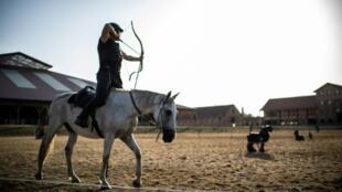 Archer à cheval lors d'une compétition d'équitation western à La Motte-Beuvron, le 25 juillet 2019