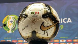 Imagen del balón con el que Brasil y Perú jugarán la gran final de la Copa América en el estadio Maracaná, en Río de Janeiro, Brasil, el 7 de julio de 2019.