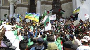 Drapeaux algériens et berbères lors d'une manifestation à Alger le 26 avril 2019.