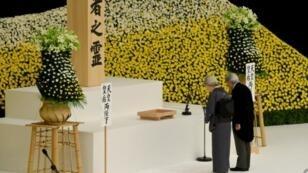 إمبراطور اليابان أكيهيتو وزوجته الإمبراطورة ميشيكو يصليان لضحايا الحرب خلال مراسم في طوكيو بمناسبة الذكرى 72 لانتهاء الحرب العالمية الثانية في المحيط الهادىء