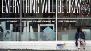 """متجر مغلق بموجب تدابير مكافحة فيروس كورونا المستجد، كتب على واجهته """"كل شيء سيكون على ما يرام"""" في أتلانتا بولاية جورجيا الأميركية في 24 نيسان/أبريل 2020"""