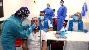 2020-10-01T163241Z_1775297877_RC2S9J9NPJTN_RTRMADP_3_HEALTH-CORONAVIRUS-SPAIN-TESTS (1)