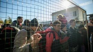مهاجرون خلف شريط شائك عند الحدود اليونانية المقدونية
