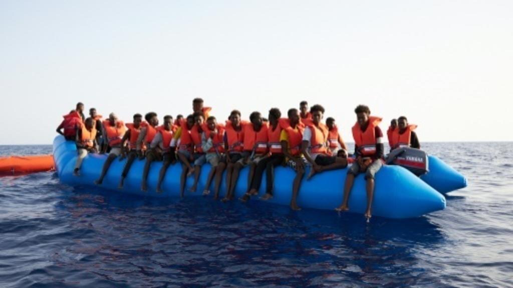 صورة التقطتها ونشرتها منظمة سي-آي الألمانية في 5 يوليو/ تموز2019 لمركب مطاطي مكتظ بالمهاجرين
