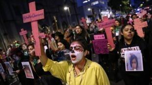 Mujeres mexicanas participan el 2 de noviembre de 2019, en Ciudad de México, de una marcha para pedir justicia por las víctimas de feminicidio.