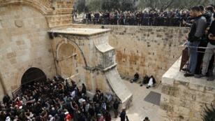 """مصلون يدخلون باب الرحمة للمسجد الأقصى """"الباب الذهبي"""" 22 فبراير/شباط 2019"""