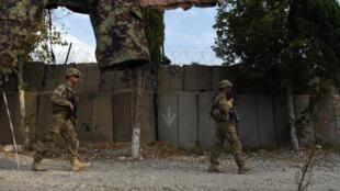 Des soldats américains devant une base de l'armée afghane le 12 août 2015 dans la province de Nangarhar, dans l'est de l'Afghanistan