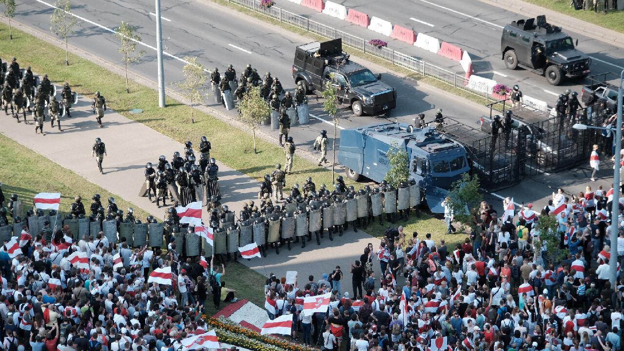 Opositores protestan en contra de las elecciones del 9 de agosto frente a las fuerzas del orden que resguardan el Palacio de la Independencia en Minsk, Belarús, el 30 de agosto de 2020.