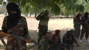 Photo de propagande présentant des combattants de Boko Haram près de Gambaru (dans l'est du Nigeria, près de la frontière avec le Cameroun).