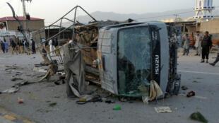 Un camión que transportaba a funcionarios policiales resultó afectado por la explosión de una bomba el 24 de abril de 2018.