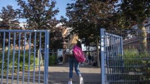 تلميذة تدخل مدرستها في روستوك بشمال ألمانيا الإثنين 3 آب/أغسطس 2020