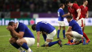 Jugadores del equipo de Francia de rugby se lamentan después de la derrota contra Gales en el Mundial en cuartos de final. Oita, Japón, 20 de octubre de 2019.