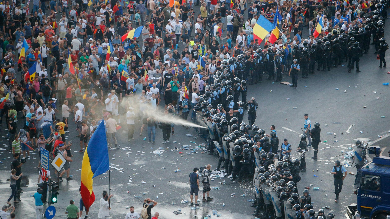La policía de Rumanía usa espray pimienta durante una manifestación en la capital rumana de Bucarest, el 10 de agosto de 2018.