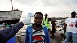 Prise de température à Goma au Nord-Kivu, en République démocratique du Congo, alors en pleine épidémie d'Ebola, le 29 septembre 2019.