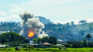 Assaut de l'armée philippine contre une position des rebelles islamistes à Marawi.