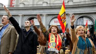 Los partidarios del difunto dictador Francisco Franco dan saludos fascistas durante una reunión que conmemora el aniversario de la muerte de Franco en la madrileña plaza de Oriente, España , el 18 de noviembre de 2018.