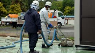 Des travailleurs décontaminent la préfecture de Fukushima