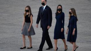 Los reyes Felipe y Letizia, junto a la princesa Leonor (izq) y la infanta Sofía, llegan con mascarilla a la ceremonia de Estado para honrar a los fallecidos por el coronavirus, el 16 de julio de 2020 en Madrid