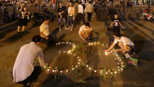 Ciudadanos vietnamitas encienden velas durante una vigilia en la Catedral de Hanoi por los 39 migrantes hallados muertos en un camión en Reino Unido, el 27 de octubre de 2019.