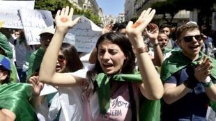طلاب يتظاهرون في الجزائر العاصمة في 11 يونيو/حزيران 2019