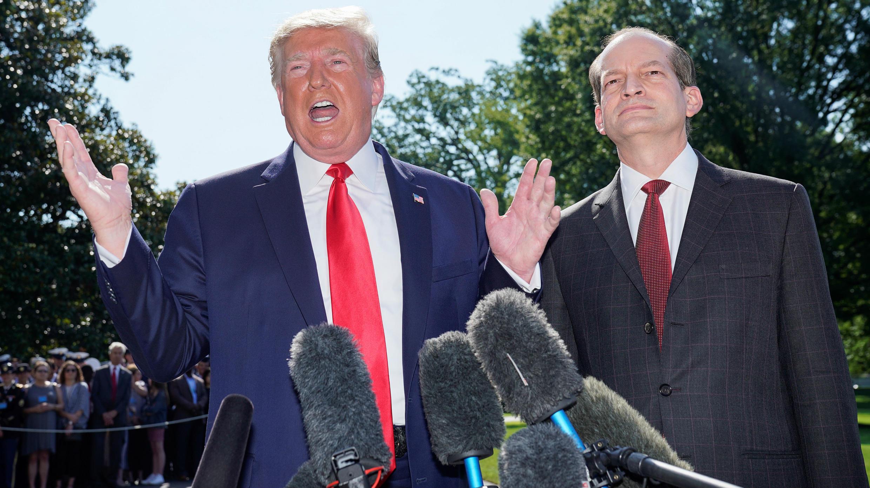 El presidente de los Estados Unidos, Donald Trump, anuncia la renuncia del Secretario de Trabajo Alex Acosta (Derecha) antes de partir para viajar a Milwaukee, Wisconsin desde el South Lawn de la Casa Blanca en Washington, EE. UU., 12 de julio de 2019.
