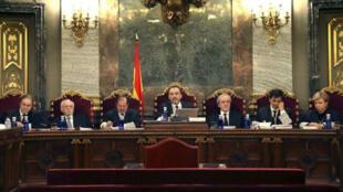 Imagen de archivo de jueces españoles que escuchan a abogados defensores en la Corte Suprema de España en Madrid.