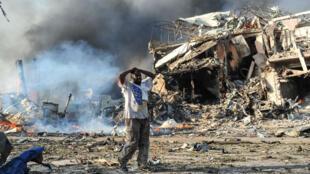 أضرار مادية جسيمة سببها انفجار شاحنة مفخخة أمام أحد الفنادق عند تقاطع طرق مكتظ في العاصمة الصومالية مقديشو