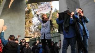 تظاهرة مناهضة للحكومة أمام جامعة طهران - 30 كانون الأول/ديسمبر 2017