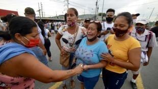 Familiares de los presos del Centro de Privación de Libertad de la Zona 8 son vistos mientras esperan noticias, en Guayaquil, Ecuador, el 23 de febrero de 2021