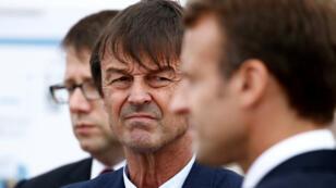 Nicolas Hulot, ministro francés para la Transición Ecológica e inclusiva, mira hacia el presidente Emmanuel Macron mientras visita la península de Cap Frehel en el norte de Bretaña, Francia, el 20 de junio de 2018.