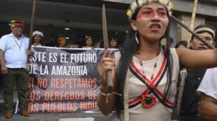 Indios de la etnia Waorani protestan frente al Ministerio de Medio Ambiente en Quito, Ecuador, el 4 de septiembre de 2019 en solidaridad con los nativos amazónicos de Brasil afectados por incendios en la selva.