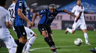 L'attaquant colombien de l'Atalanta Luis Muriel marque l'unique but du match contre Bologne, le 21 juillet 2020 à Bergame