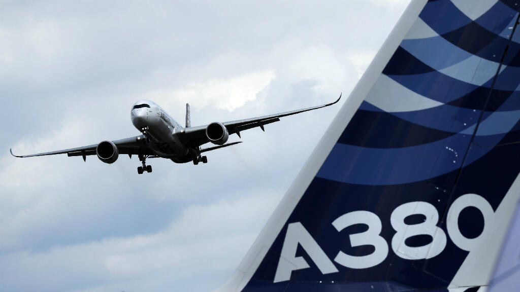 Un Airbus A350 se prépare à atterrir au salon aéronautique de Farnborough au Royaume-Uni.