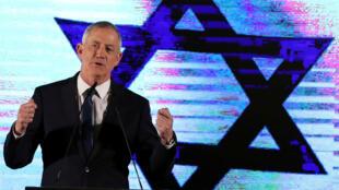 Benny Gantz, jefe de la coalición Azul y Blanco, habla en un mitin, como parte de los eventos finales de la campaña electoral, en Tel Aviv, Israel, el 7 de abril de 2019.