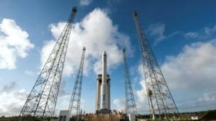 Une fusée Vega sur son pas de tir, le 11 février 2015 à Kourou, en Guyane française