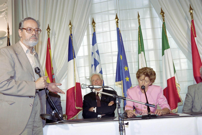 الكاتب وعالم الاجتماع ألبير ممي (إلى اليسار)، خلال اجتماع دعم للاستفتاء على معاهدة ماستريخت الأوروبية، في 25 أغسطس 1992 في باريس