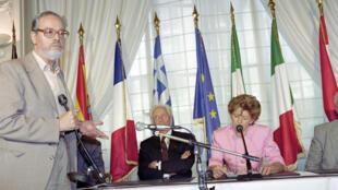L'écrivain et sociologue Albert Memmi(G), lors d'une réunion de soutien au référendum sur le traité européen de Maastricht, le 25 août 1992 à Paris