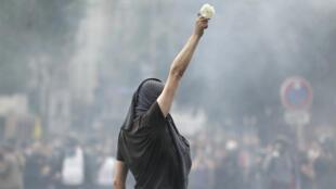 Un opposant à la Loi travail tient une rose, le 26 mai 2016, lors de la manifestation parisienne.