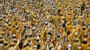"""Partidarios del partido religioso y político Jamiat Ulema-i-Islam-Fazal (JUI-F) agitan palos y cantan consignas durante la """"Marcha de la libertad"""" para protestar contra el Gobierno del primer ministro Imran Khan, en Islamabad, Pakistán, el 1 de noviembre de 2019."""