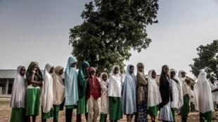 مجموعة من طلاب فولاني يصطفون في أرض المدرسة قبل بداية دروس اليوم في مدرسة ورو فولبي البدوية في محمية كاتشا للرعي لأفراد فولاني، ولاية كادونا، نيجيريا، في 19 أبريل 2019.