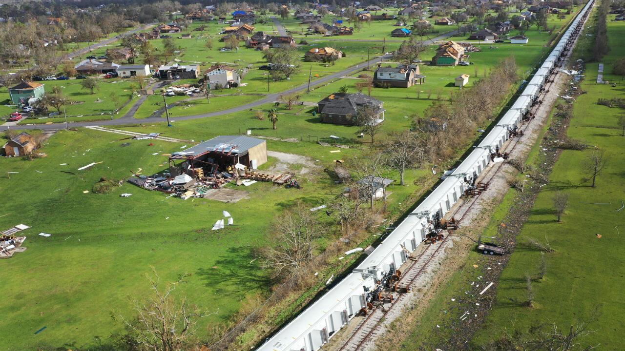 Vista aérea desde un dron muestra vagones que descarrilaron cuando el huracán Laura pasó por el área el 29 de agosto de 2020 en Lake Charles, Louisiana.