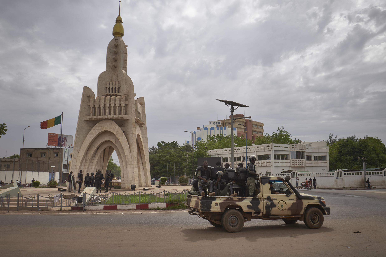 عناصر من الحرس الوطني المالي في ساحة الاستقلال في باماكو، الثلاثاء 25 أيار/مايو 2021