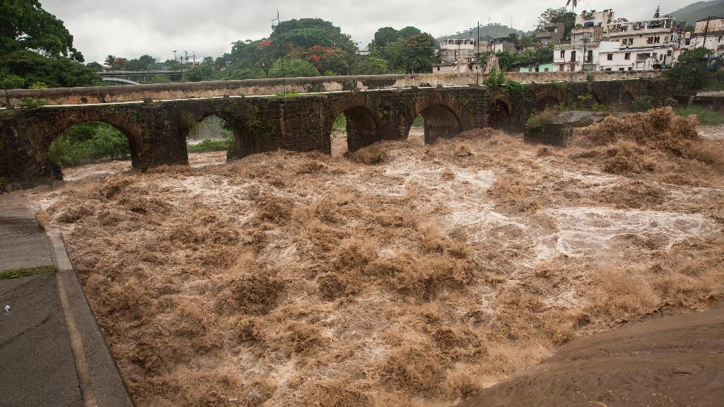 Imagen del río Los Esclavos, en Cuilapa, Guatemala, en pleno ascenso de su caudal, por las continuas lluvias provocadas por la tormenta tropical Amanda.
