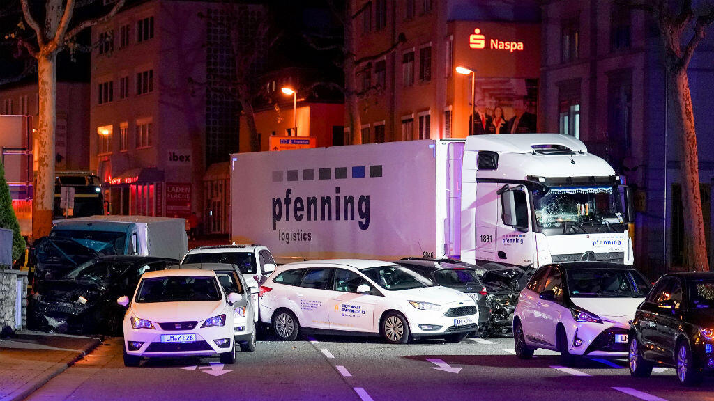 Un camión se encuentra al lado de autos dañados en Limburg, Alemania, el 7 de octubre de 2019.