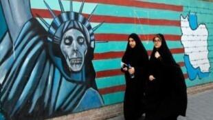 إيرانيتان تمران أمام المقر السابق للسفارة الأمريكية في طهران في 3 تشرين الثاني/نوفمبر 2016