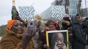 Des partisans de Gbagbo devant la Cour pénale internationale, à La Haye, le 15 janvier 2019.