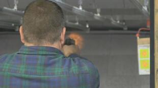 Les journalistes de France 24 aux États-Unis se sont rendus dans une salle de tirs de Virginie après les annonces de Barack Obama sur le contrôle des armes à feu.