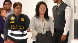 Keiko Fujimori escortée par la police, à Lima, le 10 octobre 2018.