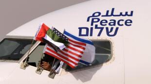 اعلام الامارات والولايات المتحدة واسرائيل في الطائرة الاسرائيلية لدى وصولها الى ابوظبي في 31 اب/اغسطس 2020